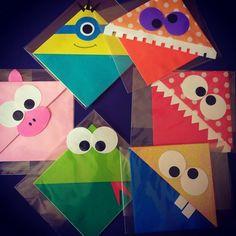 Marcador de livros feito em papel com técnica de origami. Podem ser encomendados com o tema de porco, sapo, minion ou monstrinhos. Já envio em embalagem incolor pronto para presentear.