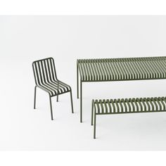 The sleek yet robust Palissade table is a member of Hay's versatile outdoor furniture collection. Palissade outdoor furniture features a strong, graphic design that consists of simple steel tubes and slats. Outdoor Bar Stools, Outdoor Dining, Outdoor Chairs, Outdoor Furniture, Outdoor Decor, Furniture For You, Furniture Design, Ronan & Erwan Bouroullec, Ottoman