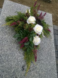 Wszystkich Świętych - dekoracja nagrobka Grave Flowers, Cemetery Flowers, Funeral Flowers, Outdoor Flowers, Diy Flowers, Flower Decorations, Arrangements Funéraires, Funeral Flower Arrangements, Cemetery Decorations