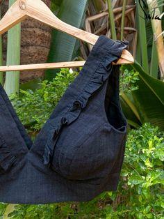 Saree Blouse Neck Designs, Simple Blouse Designs, Saree Blouse Patterns, Stylish Blouse Design, Sleeves Designs For Dresses, Cotton Blouses, Ruffles, Funny Eggs, Chikankari Suits