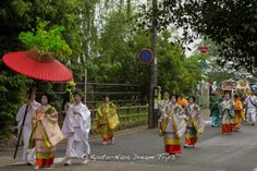 This is the entourage of the Saiō-Dai (斎王代) Princess called myōbu (命婦) during the Aoi Matsuri (葵祭) in Kyoto. In the Heian period these ladies were of the fifth rank in the imperial court or mid rank noblewomen. #AoiMatusri, #葵祭, #Kyoto, #myōbu, #命婦,