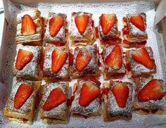 Hojaldres rellenos con fresas y crema de queso.