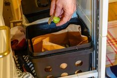 Urban Composting Methods – How To Compost In A Small Space Urban Composting, Composting Methods, Growing Tomatoes, Growing Vegetables, Red Wiggler Worms, Faire Son Compost, Red Wigglers, How To Make Compost