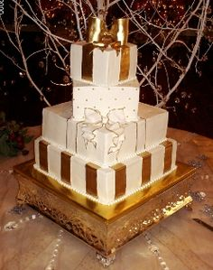 gold ornament wedding cake | of a Christmas wedding cake, this time incorporating white and gold ...
