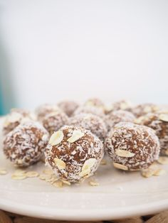 Anzac Biscuit Bliss Balls - replace peanut butter for school friendly Desert Recipes, Raw Food Recipes, Baking Recipes, Sweet Recipes, Raw Bliss Balls, Eat For Energy, Anzac Biscuits, No Bake Snacks, Healthy Peanut Butter
