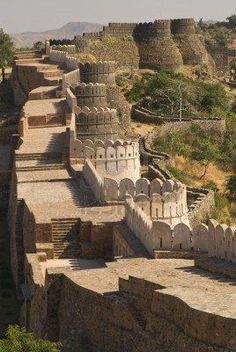 Great Wall of India ~ The Kumbalgarh Fort. This is the largest continuous wall on the whole planet. There are 360 Hindu Temples within the fort complex, along with the Maharaja's Grand Palace, Yet bewilderingly, it is still little known outside of India. Indian Architecture, Ancient Architecture, Varanasi, Places To Travel, Places To See, Places Around The World, Around The Worlds, Beautiful World, Beautiful Places