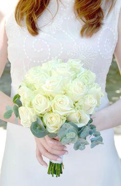 Bouquet de mariée Pureté - Roses blanches et eucalyptus