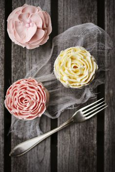 Vanilla cupcakes with Buttercream Roses! by Call me cupcake Pretty Cupcakes, Beautiful Cupcakes, Yummy Cupcakes, Cupcake Cookies, Flower Cupcakes, Rose Cupcake, Easter Cupcakes, Pink Cupcakes, Valentine Cupcakes