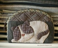 Источник Quilt And Patchwork Japanese Patchwork, Patchwork Bags, Quilted Bag, Patchwork Quilting, Wool Applique, Applique Quilts, Quilting Projects, Sewing Projects, Cat Bag