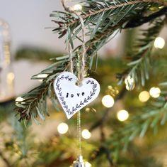 """831 Gostos, 12 Comentários - Fernanda Velez_Blog da Carlota (@fernandavelez_) no Instagram: """"Agora sim, a nossa árvore de Natal ficou pronta ❣️ • L O V E • P E A C E • F A M I L Y • ( Uns…"""""""