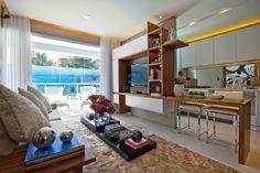 Cozinha com espelho atrás da pia, móveis em madeira e branco (tirado do facebook) Fonte: http://www.casaemercado.com.br/materia.php?hIdMateria=2849