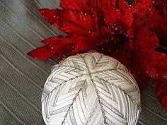Dekorácie - Strieborná vianočná guľa 10 cm - 6129061_