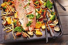 Lachs vom Blech Enjoy these top-rated grilled fish recipes outdoors this summer. Recipes include gingered honey salmon, tilapia piccata and even grilled fish tacos. Slow Cooker Recipes, Meat Recipes, Low Carb Recipes, Cooking Recipes, Healthy Recipes, Chef Recipes, Good Food, Yummy Food, Eat Smart