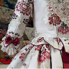 Look at those lovely details. Old Dresses, Pretty Dresses, Vintage Dresses, Vintage Outfits, Vintage Fashion, 18th Century Dress, 18th Century Costume, Traditional Fashion, Traditional Outfits