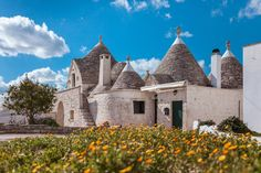 Haus in Cisternino, Brindisi, Italien. Located in Cisternino, in a typical farmyard in the middle of the Itria Valley, peers out this compound of Trulli of the 1800, recently restored according to the tradition of the masters Trulli craftsmen. A magical place to spend a relaxing holida...