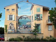 Trompe-l'œil Avec son équipe, l'artiste français Patrick Commecy anime les murs des villes du monde entier.  L'artiste français Patrick Commecy et son équipe  transforment les façades tristes et ennuyeuses à travers la France . Ses oeuvres hyperréalistes à l'image des fenêtres, balcons et tuiles ressemblent à ce qu'on pourrait trouver dans un petit village, Commecy  intègre souvent dans ses fresques des personnages célèbres et influents de l'histoire de la ville où le trompe-l'oeil est…