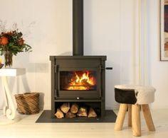 Baarschot - De Jacobus 12 die geplaatst is door Kachelplaats in #Baarschot heeft naast het afvoerkanaal in kleur van de #houtkachel ook een vloerplaat. Deze vloerplaat zorgt niet alleen voor een strak design, ook beschermd deze de vloer. De #Jacobus 12 is de grootste vrijstaande kachel uit de serie vrijstaande houtkachels van Jacobus. #Fireplace #Fireplaces