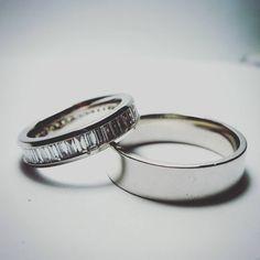 Obrączki z białego złota prosto z pracowni. Wykonane zostały na specjalne zamówienie stałego klienta na kolejną rocznicę małżeństwa.  W damskiej oprawiliśmy migoczące bagiety diamentowe o łącznej masie 1,67 ct.  #obraczki #diamenty #pieknie  White gold wedding rings for marriage anniversary of our customer. There is 1,67ct of shimmering baguette diamonds in women band.  #diamonds #eyecatching #custommade #jewelryaddict #gold #weddingring #workshop #lovework #accessories #whitegold…
