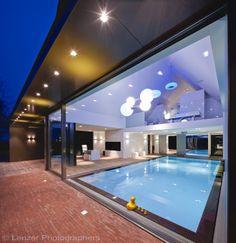 Exclusief binnenzwembad met waterval uit het plafond, design overloopzwembad | De Mooiste Zwembaden