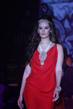 Evelyn Sharma walks the ramp for Ghena Jewellers wearing exquisite bridal jewellery