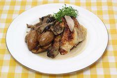 Kip uit de oven met een saus van bospaddenstoelen en gefrituurde krieltjes