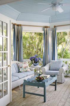 Et idyllisk og sommerlig hjem innredet i blått og hvitt...
