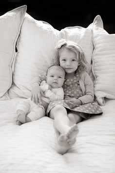 Adorable sibling photography ideas with sister, new baby 47 - YS Edu Sky Sibling Photos, Newborn Pictures, Baby Pictures, Family Photos, Newborn Pics, Family Posing, Newborn Session, Family Portraits, Big Sister Little Sister