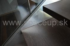 detail - elegantne schodisko - sklenené zábradlie uchytené v nerezovej schodnici doplnené o štvorcové nerezové madlo www.spaceup.sk