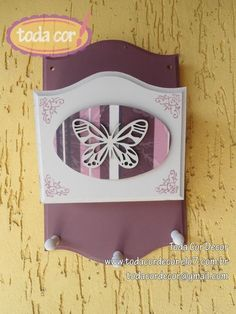 Porta cartas e chaves em MDF, pintado ao estilo decorativo. Aplique com decoupage e recorte de borboleta. R$35,00