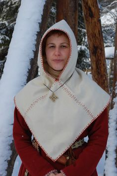 Per Pinner: Early medieval Irish/ Scandinavian hood. 3 rectangles - A long one from shoulder to shoulder and a square in the front and back. My take: Genius idea for largess and scrap fleece. Viking Hood, Viking Garb, Viking Reenactment, Viking Dress, Medieval Costume, Medieval Dress, Medieval Fashion, Norse Clothing, Medieval Clothing
