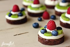 Fudgy Mini Brownie Fruit Pies with Almond Cream Cheese. I probably wouldn't use almond cream cheese but these look so cute! Just Desserts, Delicious Desserts, Dessert Recipes, Yummy Food, Cupcakes, Cupcake Cakes, Yummy Treats, Sweet Treats, Mini Brownies