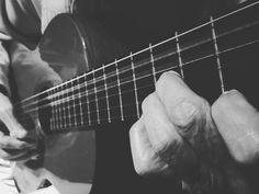 Escuchando a mi viejo tocar su guitarra. Es todo un arte. Un maestro de la #guitarra #clasica #family #music #NavidadEnFamilia  #Guitar #guitarist #classic #music #