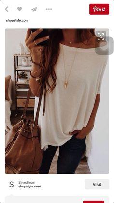 Remera larga blanca una basica linda y collar dorado con un jean negro ( para salir )