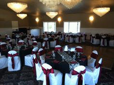 BURGANDY AND BLACK WEDDING TABLE SETTINGS | Black table cloths with burgundy napkins, water goblet, champagne ...