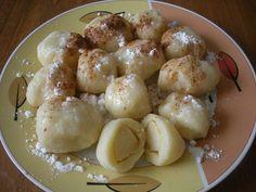 z hrubé mouky,vajec,mléka a soli uděláme tužší těsto,kterré necháme chvilku odpočinout. Jablka oloupeme a nakrájíme na čtvrtky a poté ještě na... Czech Recipes, Ethnic Recipes, Sweet And Salty, Pretzel Bites, Potato Salad, Recipies, Potatoes, Pasta, Bread