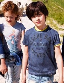 """En esta imagen: Chaqueta (2CFU53360); Camisa (5CJP5Q4A0); Bermudas (4ATM59090); Chaqueta (2CU953340); T-shirt (3096C11WO); Jeans (4BVV57350); T-shirt (3096C11XS); T-shirt (3BL0C11VI); Jeans (4BMK573L0); Chaqueta (2CU953340); T-shirt (3096C11X9); Jeans (4AC657200). Colección Kid and Tween United Colors of Benetton primavera 2013."""
