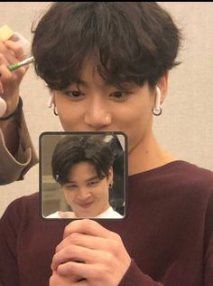 Taehyung took a photo of jungkook holding a mirror which shows a reflection of jimin 👏👏👏👏 Bts Taehyung, Bts Selca, Jungkook Cute, Bts Bangtan Boy, Jhope Bts, Jeon Jungkook Photoshoot, Jimin Funny Face, Jungkook Lindo, Jeon Jungkook Hot