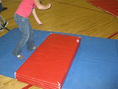 Student learning a cartwheel using a helper mat -- gymnastics activities Toddler Gymnastics, Best Movers, Grade 3, Student Learning, Physical Education, Cartwheel, Physics, Teaching, Activities