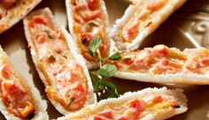 Barquinha de massa de tapioca recheada com iogurte NESTLÉ Grego, tomate e queijo parmesão ralado