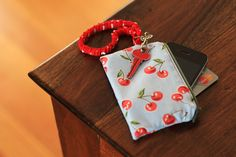 Con solution I've been looking for.Take your iPhone with you when you don't have any pockets with this handy little pouch. Free pattern and tutorial Fabric Crafts, Sewing Crafts, Sewing Projects, Tape Crafts, Sewing Patterns Free, Free Sewing, Free Pattern, Sewing Hacks, Sewing Tutorials