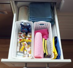 Organise cleaning items in a drawer using plastic baskets to act as dividers Cheap Baskets, Storage Baskets, Storage Spaces, Storage Ideas, Classic Kitchen, Gadgets, Kitchen Organisation, Kitchen Storage Solutions, Layout