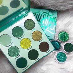 Huda Beauty Makeup, Eyeshadow Makeup, Makeup Cosmetics, Colour Pop Makeup, Green Makeup, Makeup Palette, Eyeshadow Palette, White Pattern Background, Hogwarts