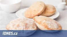 Pita chleba není žádný vysoký bochník, ze kterého se dají krájet krajíce. Zkuste ho ale při pečení sledovat, jak se v rozpálené troubě zničehonic nafoukne jako polštářek. Když ho vychladlý rozkrojíte, dá se jednoduše plnit zeleninou, masem nebo třeba pomazánkou. A když to nevyjde a při pečení se nenafoukne, dá se z něj uždibovat. Pitta, Savoury Dishes, Bread Recipes, Hamburger, Buffet, Food And Drink, Nails, Basket, Ongles