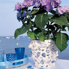 Un pot de fleurs en mosaïque de coquillages - Marie Claire Idées. Make the same with Mason jars. Nice