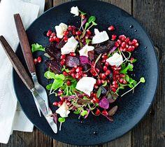 Punajuuri-granaattiomena-vuohenjuustosalaatti sopii hyvin alkupalaksi. Lämpimät punajuuret ja vuohenjuusto saavat kastikkeeksi granaattiomenasta ja balsamicosta valmistetun kastikkeen.1. Kuori ja lohk...