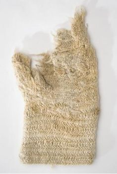 Nalbound mitten from Porajärvi, Russia (near border of Finland). Year unknown. Length 26.5 cm, width 16 cm.