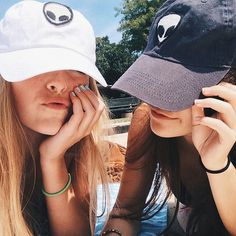 Best friends photography idea Want the hats❤️ Best Friend Pictures, Bff Pictures, Friend Photos, Beach Foto, Shooting Photo Amis, Urbane Fotografie, Best Friend Fotos, Friend Tumblr, Best Friend Photography