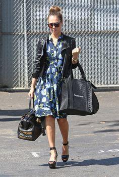 Jessica Alba à Los Angeles porte une robe fleurie + une veste en cuir