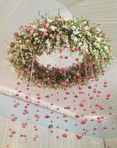 Arreglos Florales Colgantes en Alquiler.Una decoración de una boda con flores colgantes añade lujo y detalles para cualquier recepción de boda.