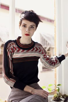 short hair, cute sweater, red lips